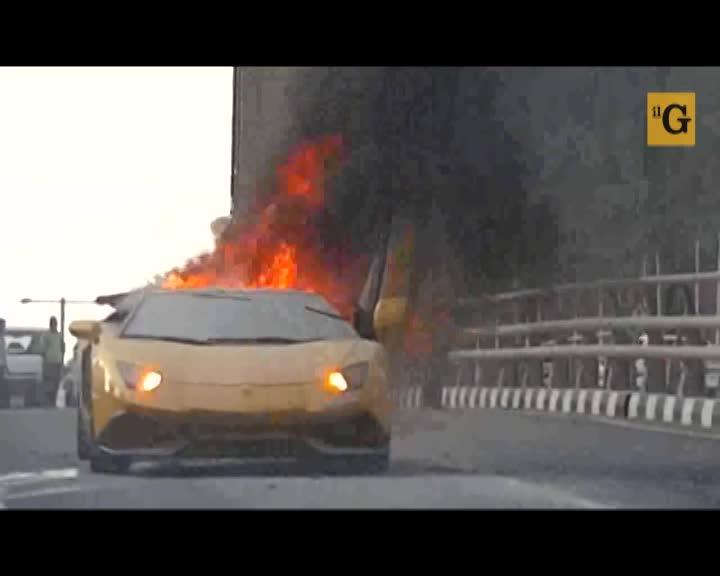 Lamborghini modificata sputa fiamme... e prende fuoco