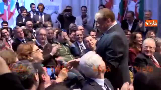 Berlusconi show: la fan lo esalta, lui finge di spogliarsi