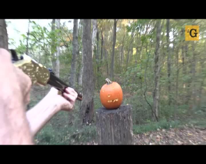 Coltelli troppo pericolosi: meglio il fucile per preparare una zucca di Halloween