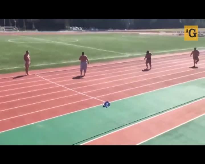 Lottatori di sumo si sfidano in una gara di velocità