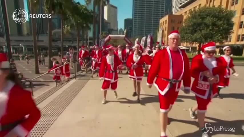 Australia, in migliaia per la corsa dei Babbo Natale