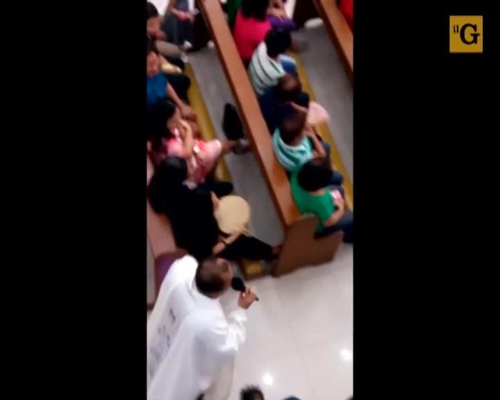 Prete celebra messa sull'hoverboard. La diocesi lo sospende