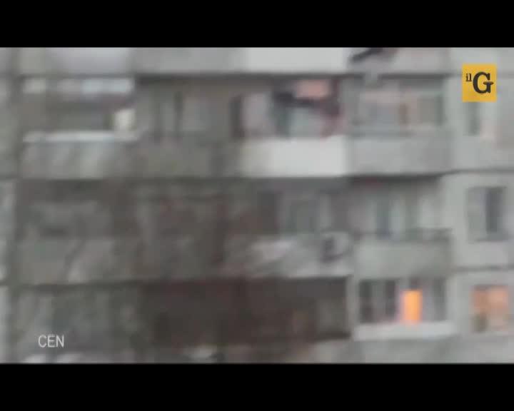 Cade ubriaco dal quinto piano e sopravvive quasi illeso