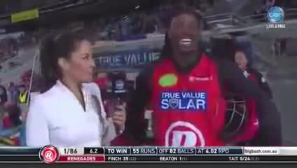 """Giocatore di cricket alla reporter: """"Non arrossire baby"""""""