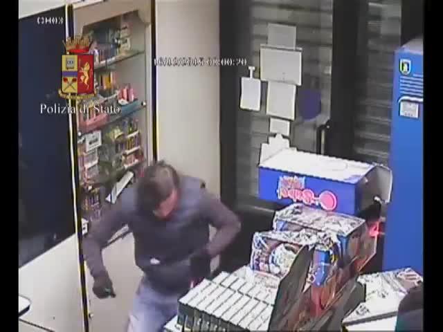 Torino, rapinatori picchiano tabaccaio