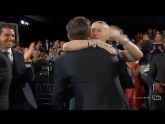 Leonardo DiCaprio abbraccia Kate Winslet