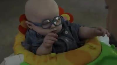 Mettono gli occhiali al bebè: vede la mamma per la prima volta