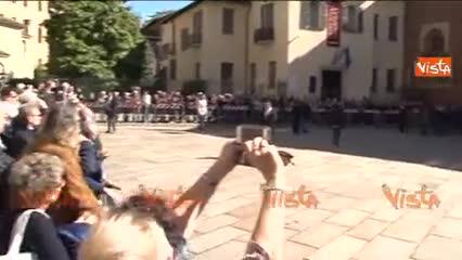 Casaleggio, la folla applaude l'arrivo del feretro