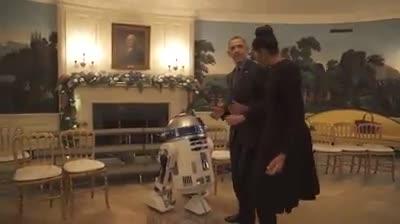 Gli Obama si scatenano con il robot di Star Wars