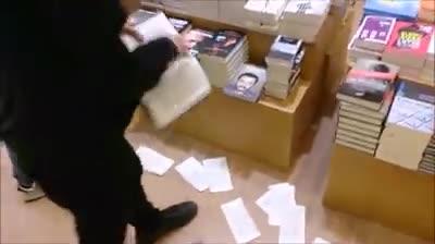 """""""Facciamo a pezzi il libro di Salvini"""". Blitz antagonista in libreria"""