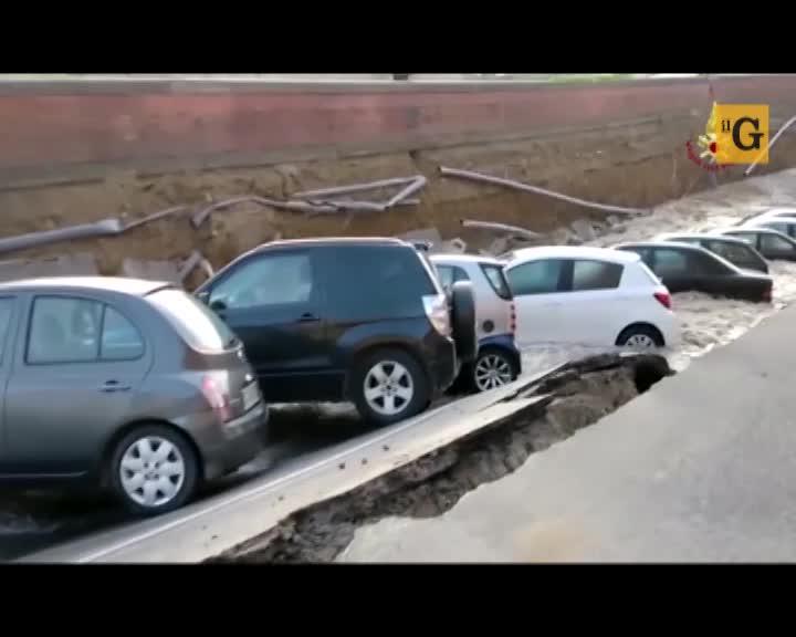 Firenze. Voragine sul Lungarno inghiottisce decine di auto