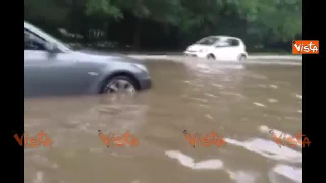 Nubifragio a Milano, auto bloccate nell'acqua