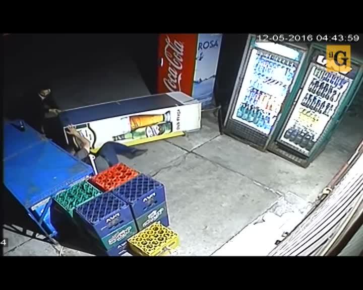 Distributore automatico sventa una rapina