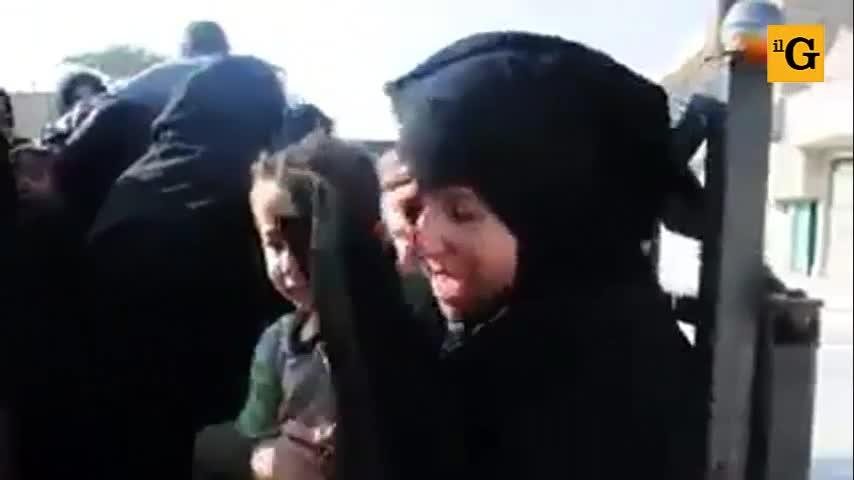 Siria, madre scopre il volto dal velo imposto dall'Isis: il figlio (terrorizzato) la ricopre
