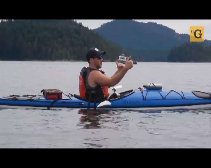 La balena salta maestosamente a pochi metri dal kayak