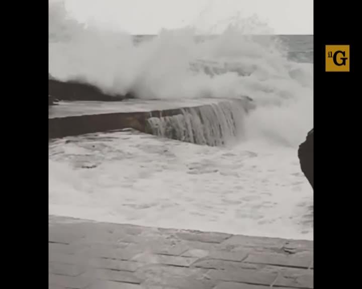 Vernazza. Turista si tuffa fra le onde che si infrangono sul molo