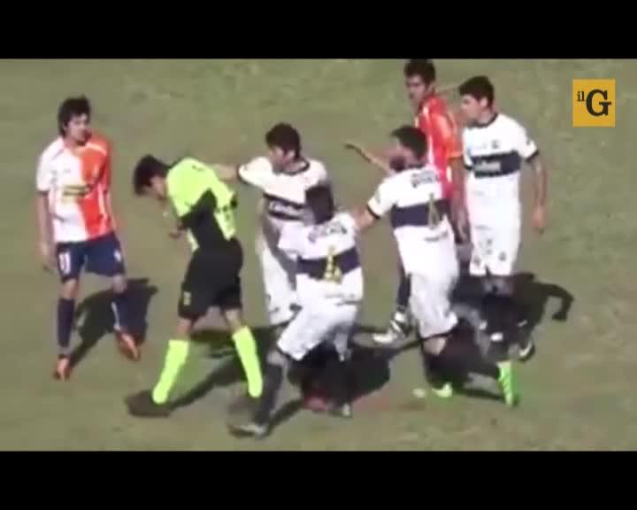 Picchia l'arbitro per evitare il cartellino rosso e ci riesce
