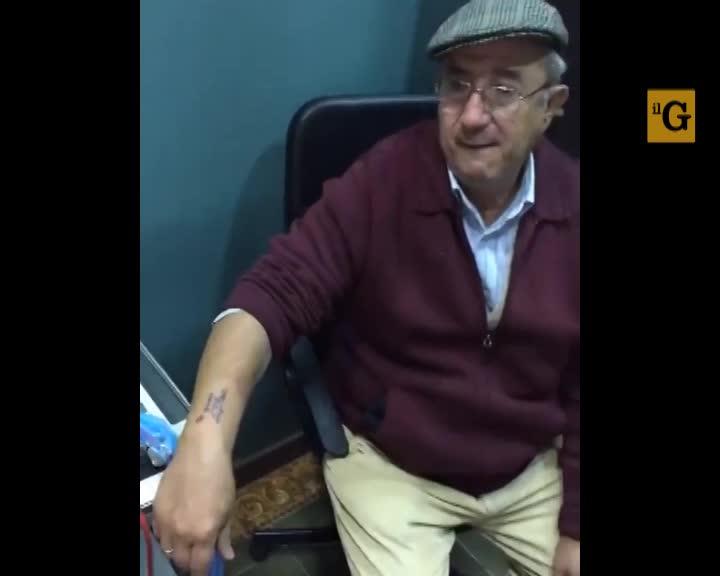 Primo tatuaggio a 71 anni. Anziano commuove il web