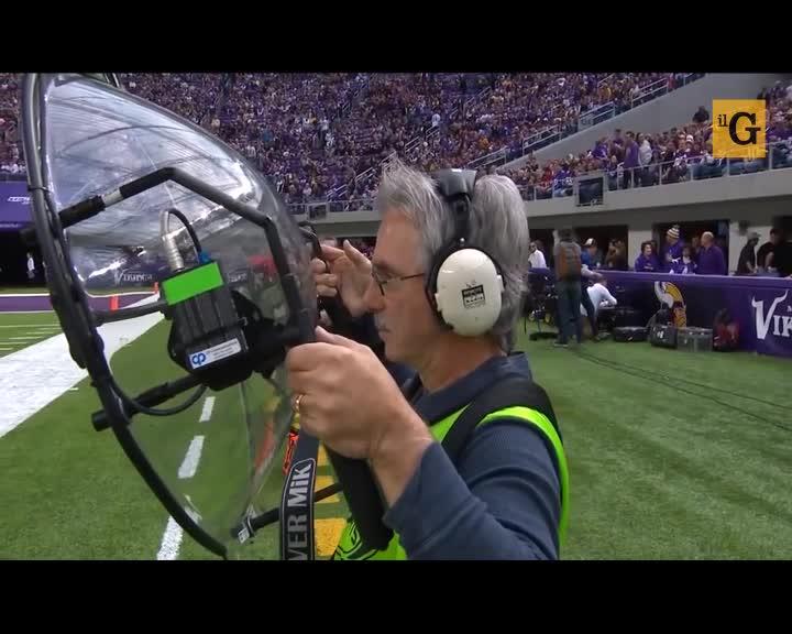 Tecnico audio travolto dalla squadra di football
