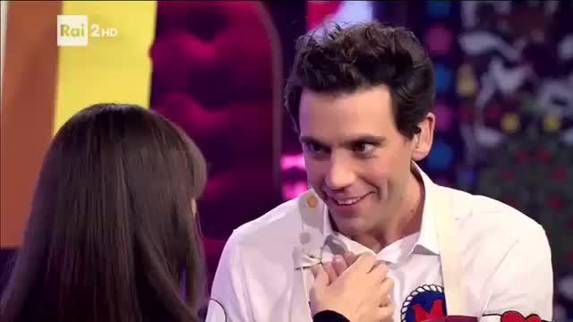 Monica Bellucci bacia il dito di Mika