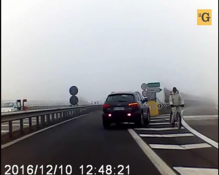 Pavia, in bici nella nebbia contromano in tangenziale