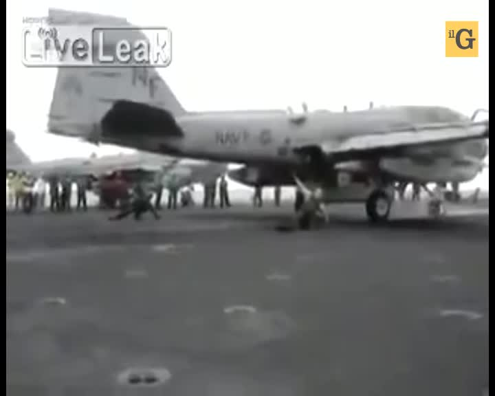 Reattore del jet spazza via il tecnico della portaerei