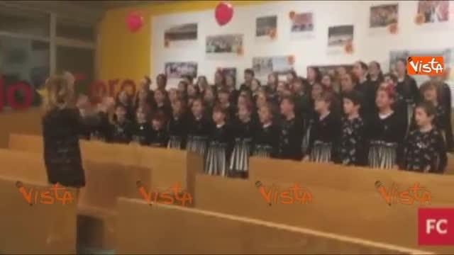 Compleanno Papa, gli auguri del coro dei bambini