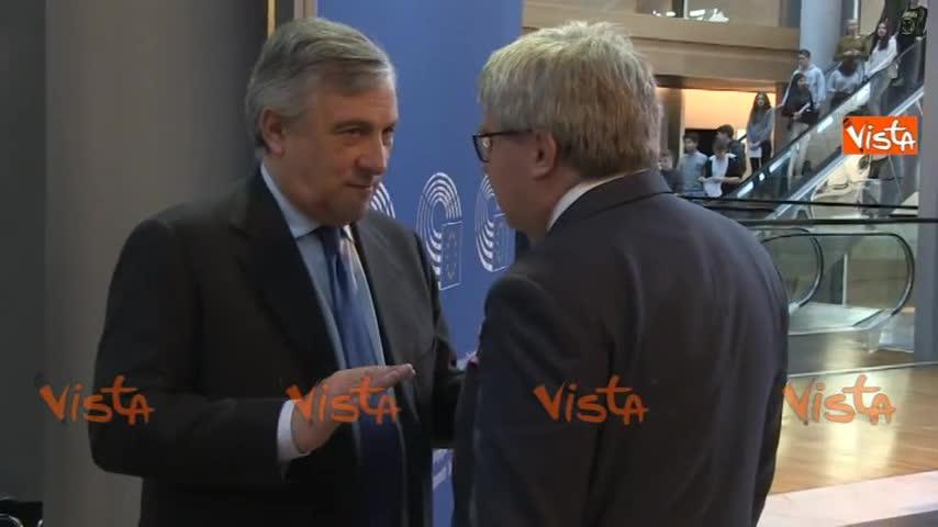 Tajani parla con i colleghi a Strasburgo