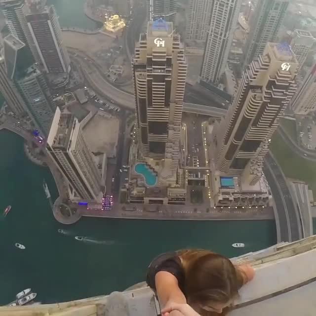 Servizio di moda a Dubai La modella rischia la vita