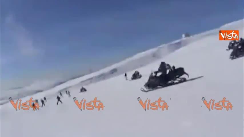 La superscorta di Medvedev sugli sci: 10 motoslitte