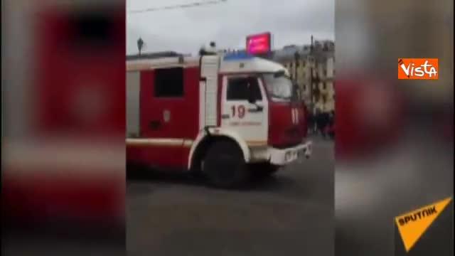 San Pietroburgo, i passeggeri evacuati dalla metro dopo l'esplosione