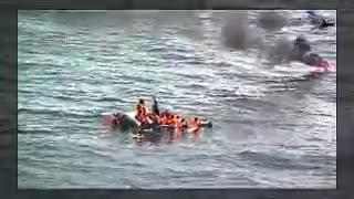 Il gommone di migranti prende fuoco