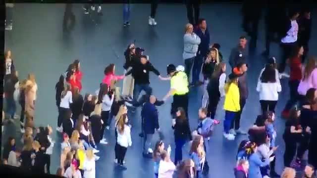 Manchester, il girotondo del poliziotto con i bambini durante il concerto