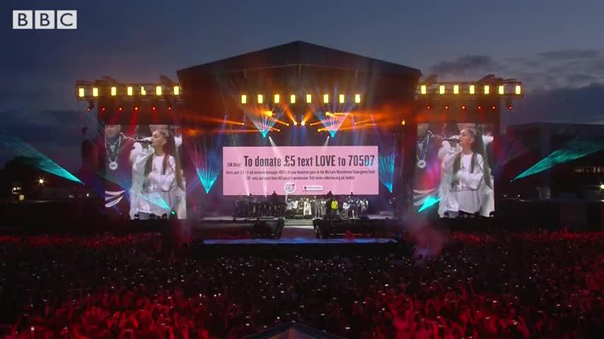 """Concerto a Manchester, tutti gli artisti sul palco per """"One Last Time"""""""
