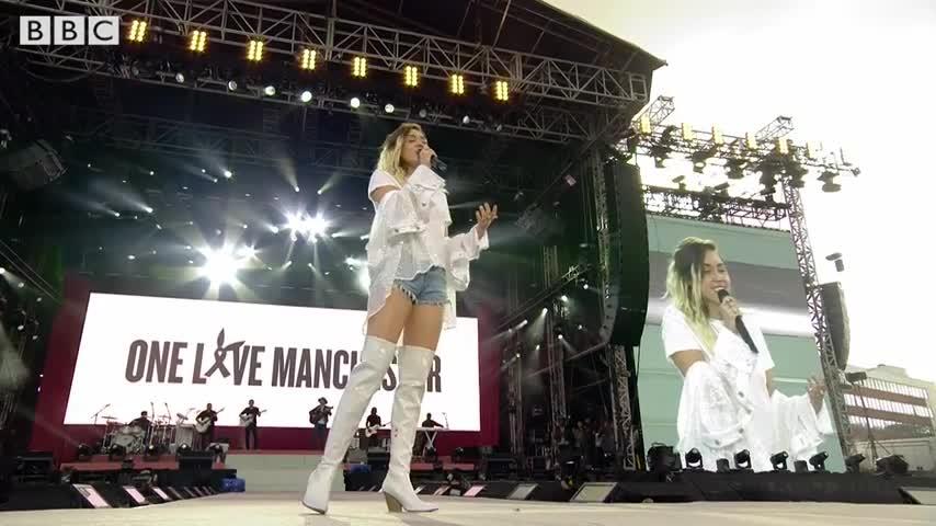 Manchester, la performance di Miley Cyrus al concerto contro il terrore