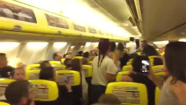 Rissa sul volo Ryanair, le ragazze vengono fatte scendere dall'aereo