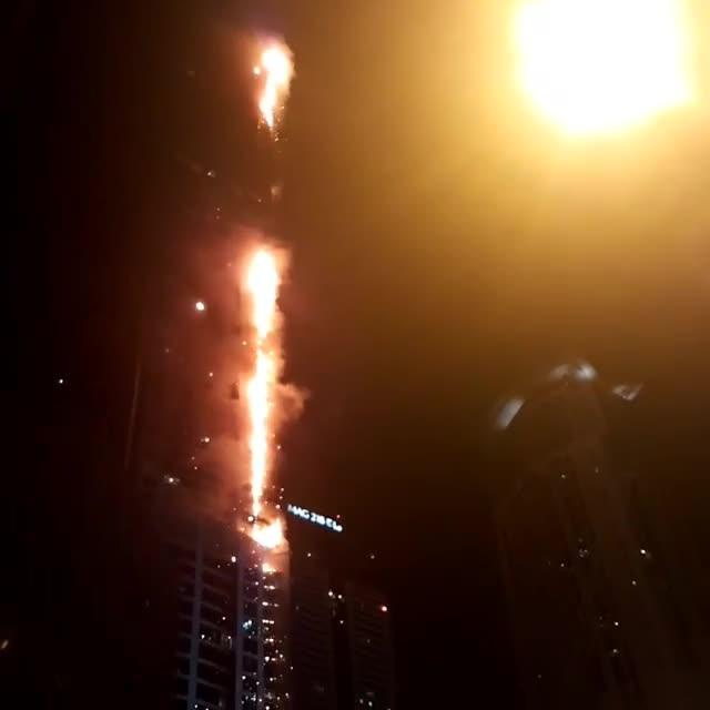 La Torch Tower a Dubai è andata di nuovo a fuoco
