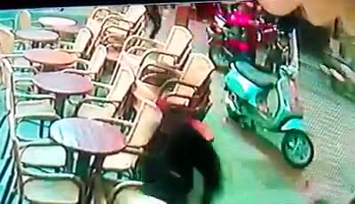 Raid choc nel centro di Napoli: gli spari dei killer, la gente fugge terrorizzata