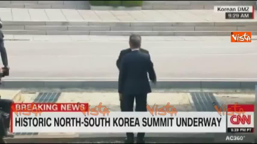 Stretta di mano storica tra i leader delle due Coree