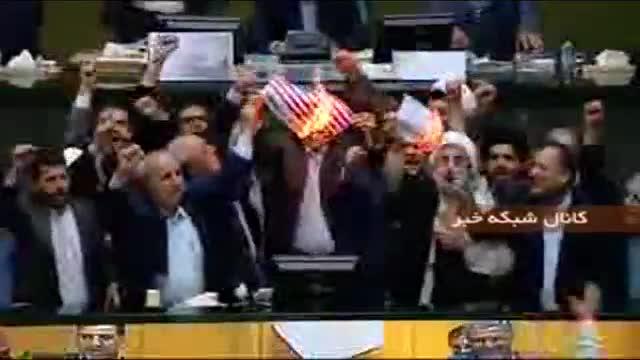 Iran, in Parlamento bruciata la bandiera Usa