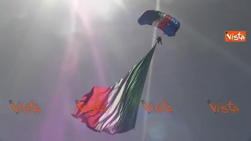 Lo spettacolare volo del paracadutista con la bandiera italiana