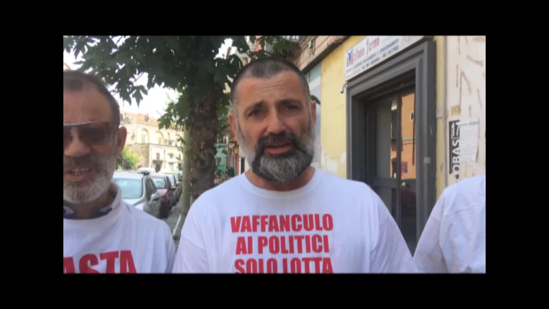 """Lavoratori senza stipendio protestano sotto casa del ministro Di Maio: """"Uè Uè Di Maio, allora?"""""""
