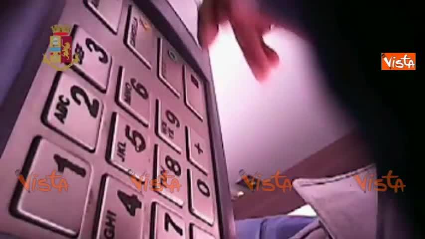Così i criminali serbi manomettono il bancomat con lo skimmer