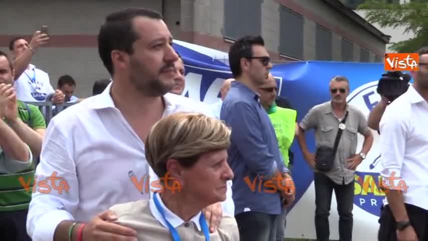 Salvini si commuove insieme alla mamma di Buonanno