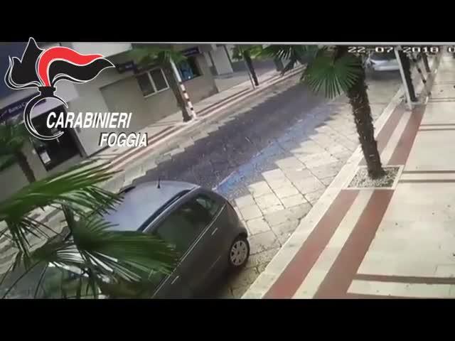 Con l'auto ad alta velocità si schianta e poi aggredisce i carabinieri