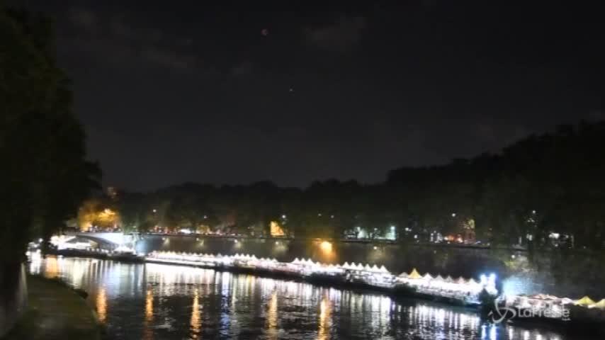 Eclissi lunare, la luna rossa vista da ponte Sisto