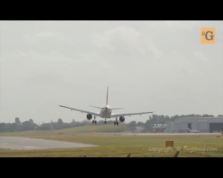 Pilota tenta un atterraggio impossibile ma all'ultimo ci ripensa