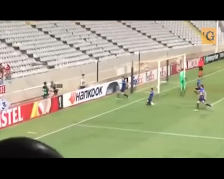 Kololli celebra il gol saltando nel fossato
