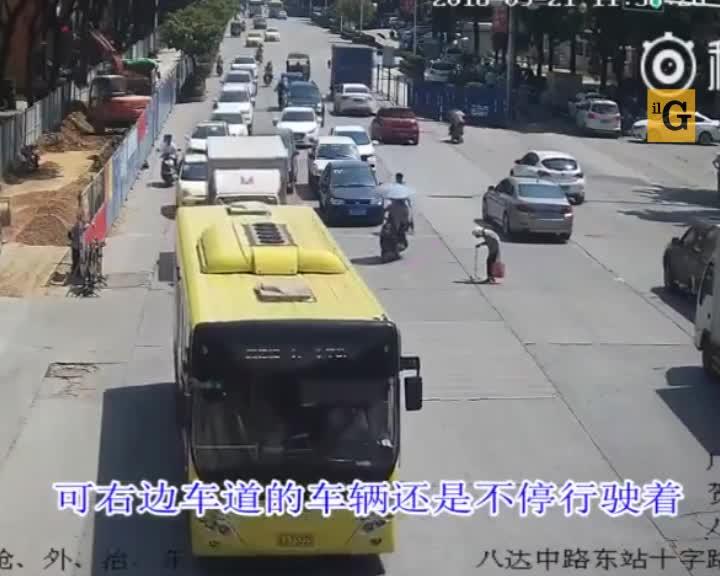 Scooterista commuove la Cina, ma scoppia la polemica