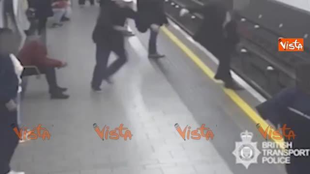 Londra, follia alla fermata della metro